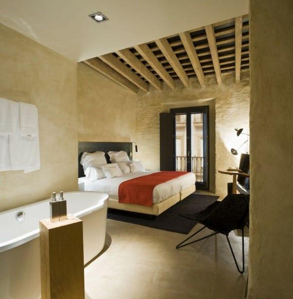 idee schlafzimmer mit wandfarbe beige und quinsizebett mit schwarzem kopfbrett