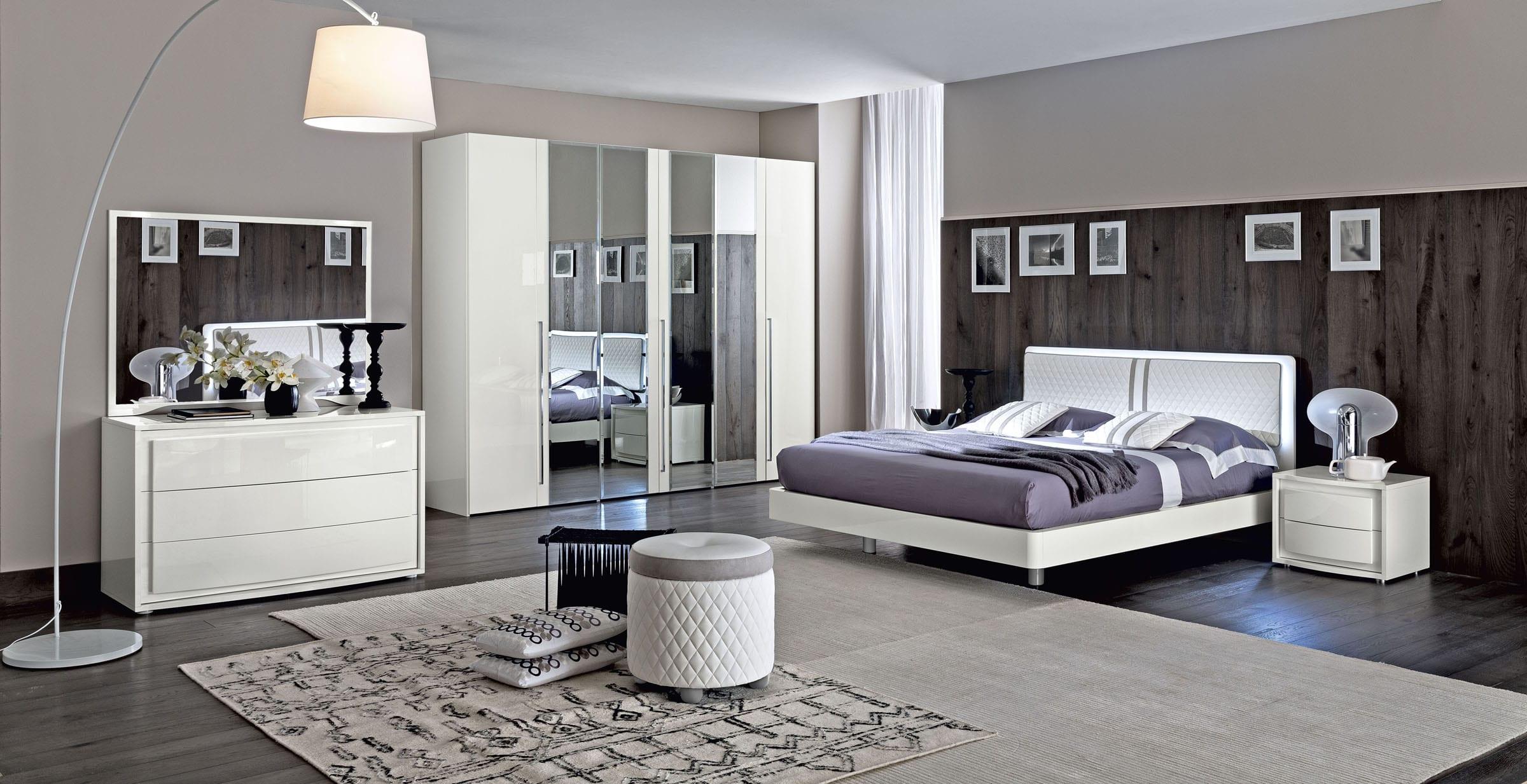 wohnideen schlafzimmer mit holzboden und wandverkleidung holz-luxus bett weiß-sideboard dekorieren-kleiderschrank weiß mit spiegeltüren