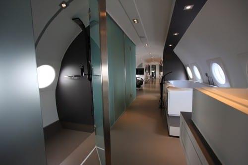 moderne suite im flugzeug mit Dusche und Whirlpool