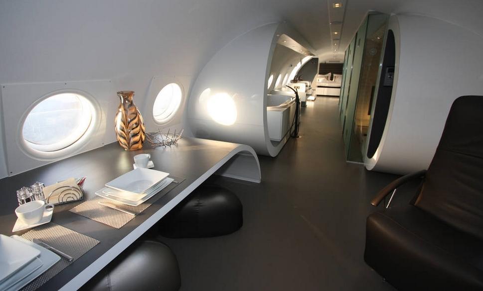flugzeug ausstattung mit Schreibtisch und Bürostühlen aus leder