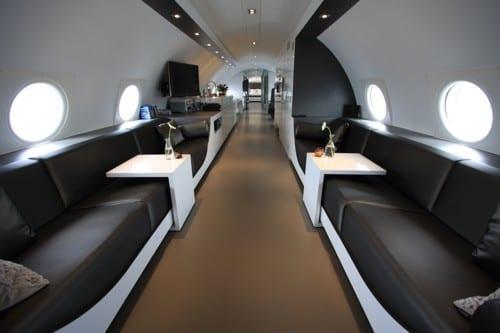 flugzeug suite mit schwarz weißer möblierung