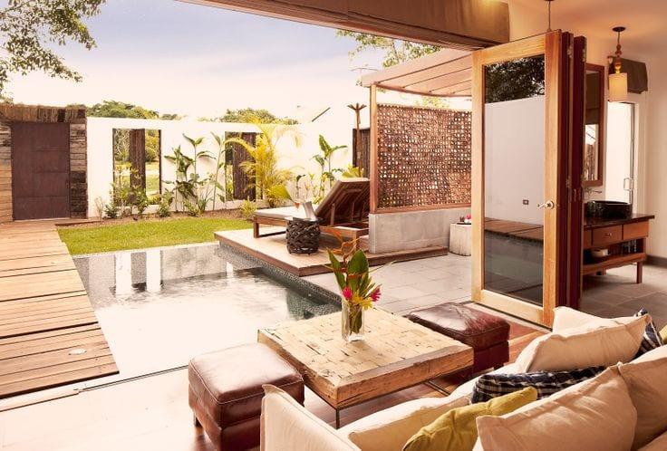 gartengestaltung mit pool und überdachte terrasse aus holz