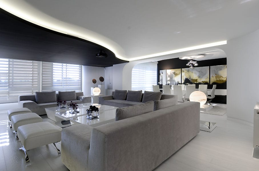 modernes wohnzimmer mit weißem boden und sofa garu-wandfarbe schwarz und deckengestaltung in schwarz