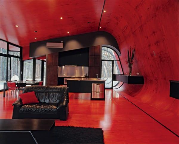 wohn esszimmer in rot mit moderne wandgestaltung aus schwarzen wandregalen-sideboard dekorieren
