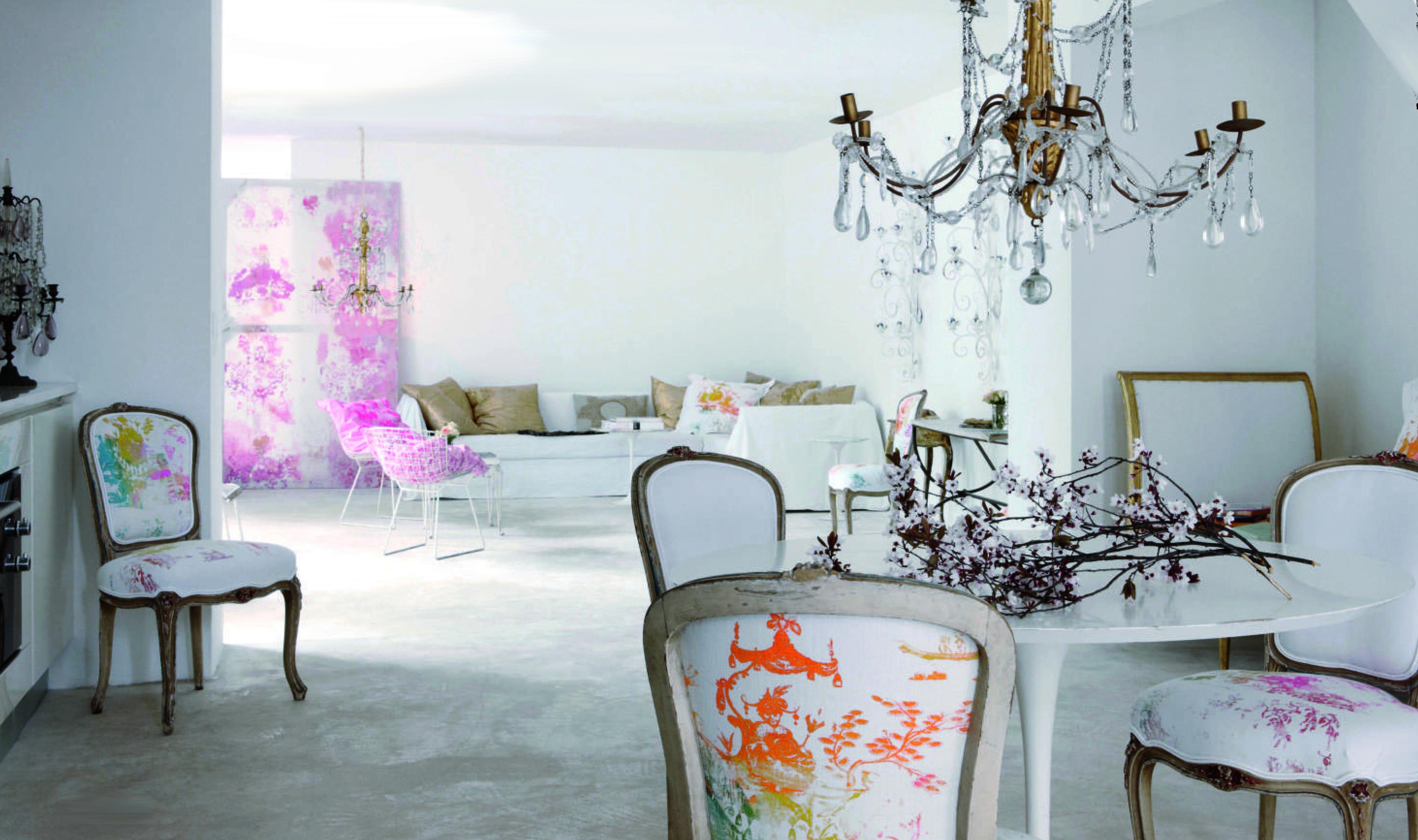 innendesign in weiß mit barockstühlen