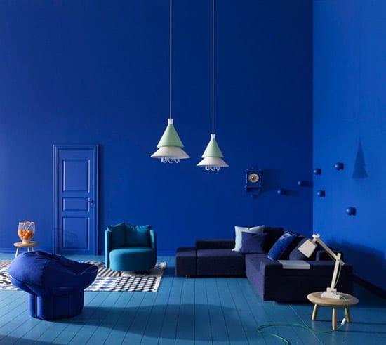 blau-streichen in blau-modernes wohnzimmer blau mit ecksofa blau und designer polstersesseln blau-wandgestaltung blau-holzboden streichen in blau