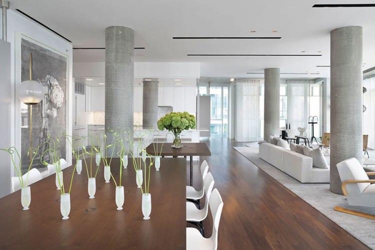 luxus wohnzimmer interior mit holzboden und teppich grau-holzesstisch dekorieren