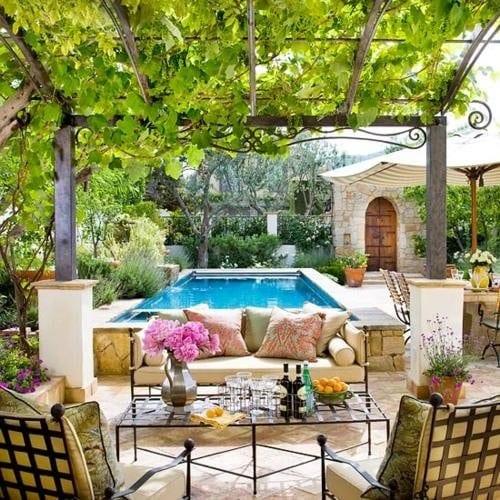 moderne terrasse aus naturstein mit pool und pergola