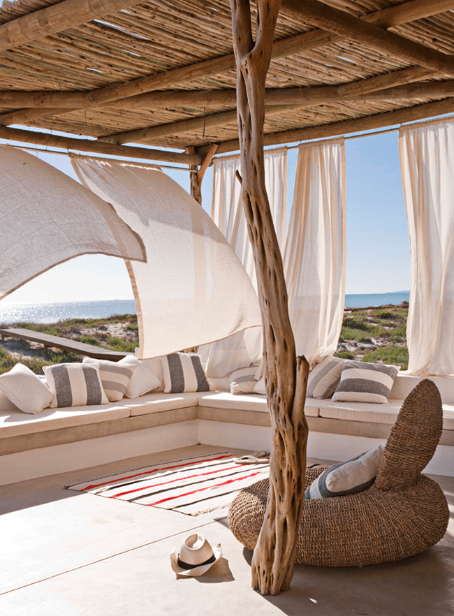 terrasse gestalten mit terrassenüberdachung holz und sitzecke mit weißen matten und kissen mit streifen