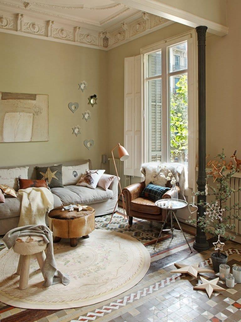 einrichtungsideen stylisches wohnzimmer rustikal mit wandfarbe beige und runden lederhockern_bodenbelag rustikal