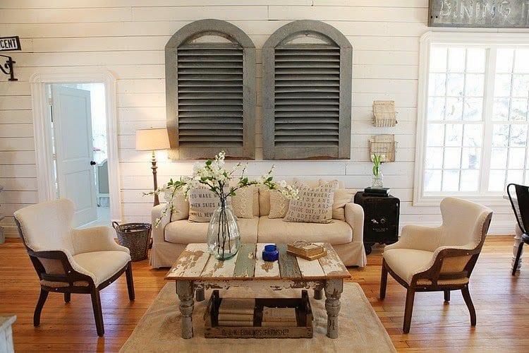 einrichtungsideen wohnzimmer parkett und wänden mit weißer holzverkleidung_DIY couchtisch rustikal