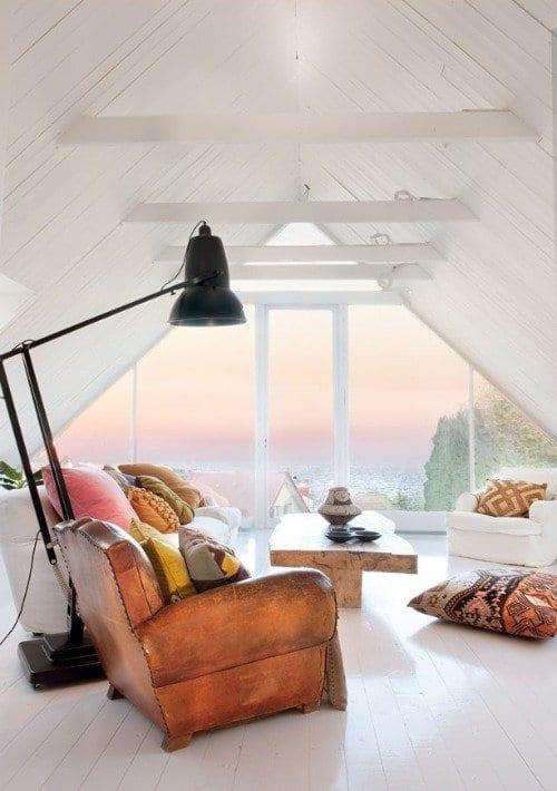 wohnzimmer inspirationen mit weißer dachschräge und weißem holzboden
