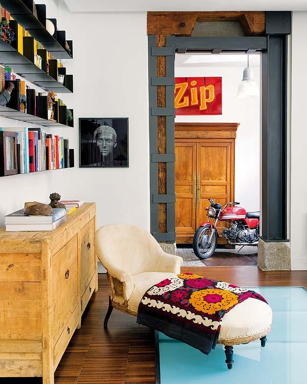 einrichtungsideen stylisches wohnzimmer grauer metalltürrahmen und sideboard holz rustikal