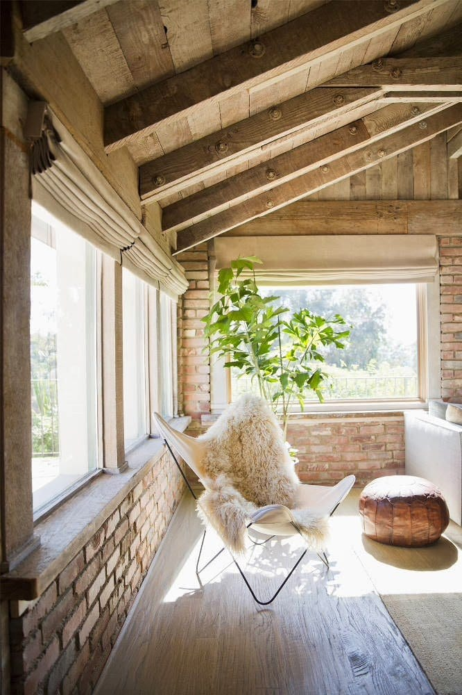 einrichtungsideen wohnzimmer mit ziegelwänden und dachschräge holz mit sichtbaren holzbalken