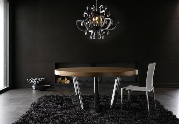 stylisches wohnzimmer mit traumteppich schwarz und wandfarbe schwarz und Esstisch rund aus holz mit Metallbeinen