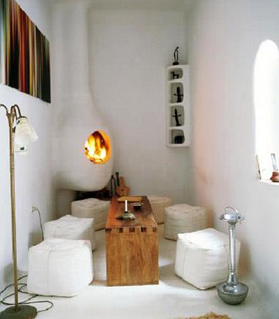 wohnzimmer inspirationen mit kamin und weißen polsterhockern
