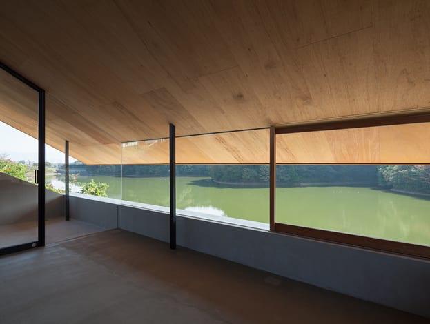 luxus wohnzimmer inspirationen mit dachschräge und fensterband-terrasse ideen mit überdachung und glaswand