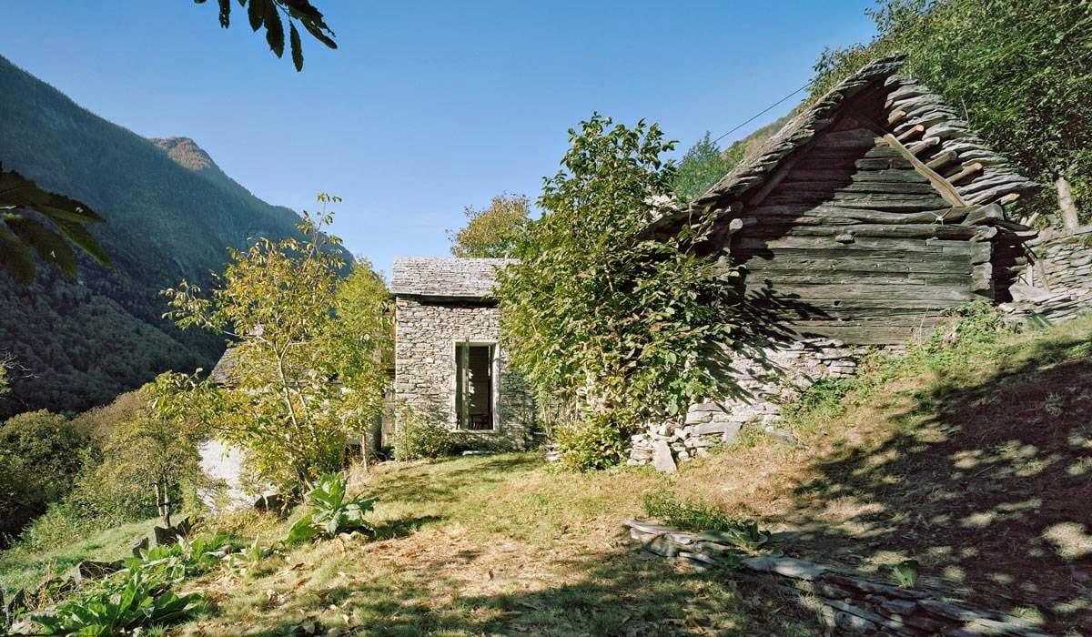 minimalistisches interior in kleinem alten Holzhaus