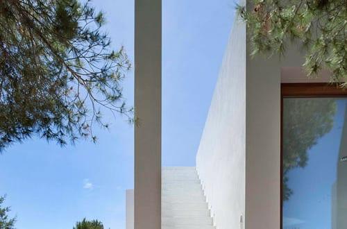 minimalistische au entreppe aus beton in wei can manuel d en corda freshouse. Black Bedroom Furniture Sets. Home Design Ideas
