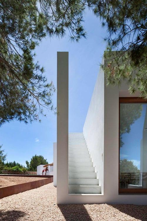 minimalistisches haus mit außentreppe weiß