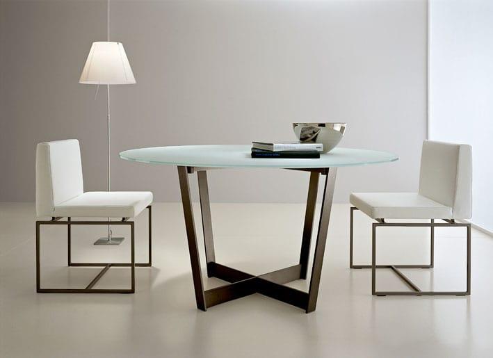 Esstisch mit glasplatte und Metalltischbeinen für minimalistischem Interior in weiß