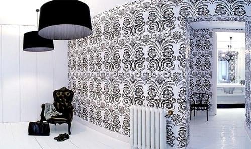 schwarz weiße zimmergestaltung mit tapete im barock und schwarzen pendelleuchten-holzboden streichen