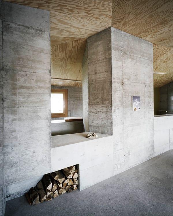 modernes interior mit sichtbeton und holzverkleidung-deckengestaltung mit holz