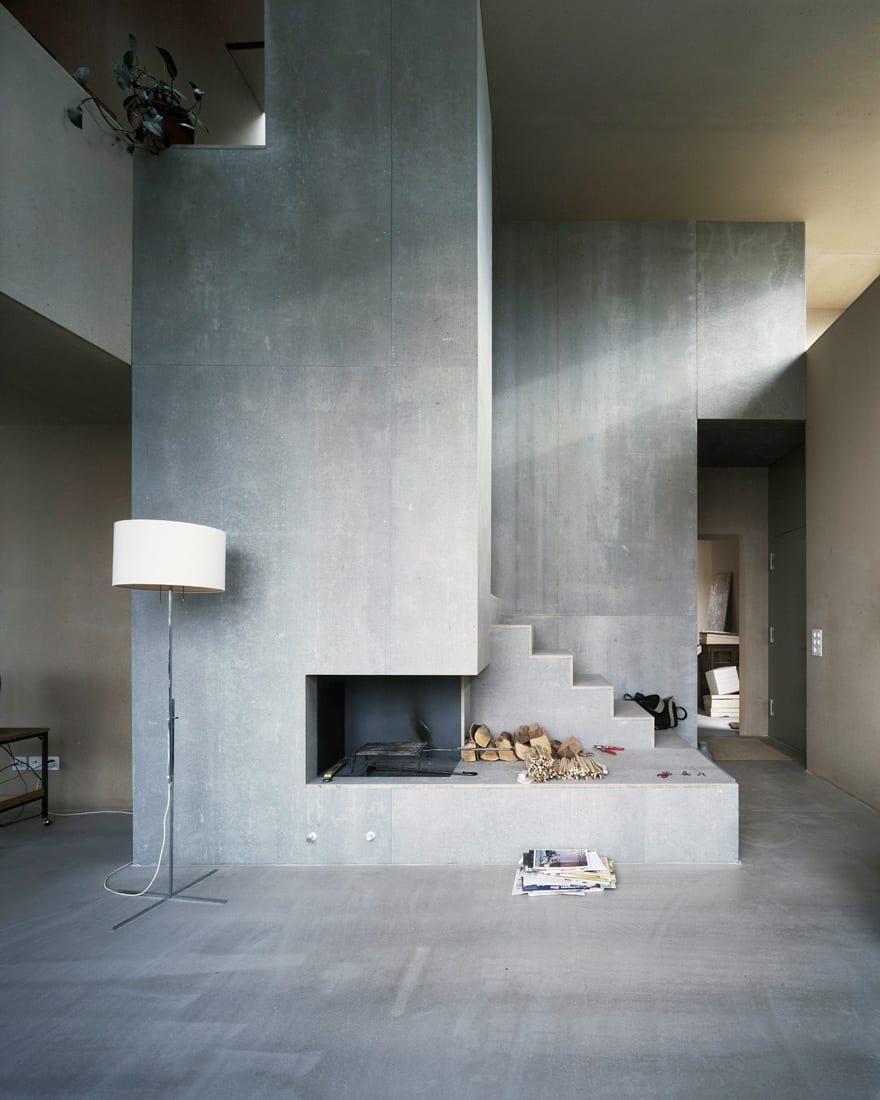 modernes wohnzimmer interior mit betontreppe und kamin