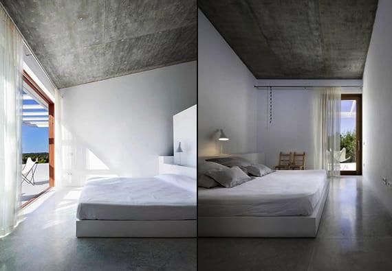 modernes schlafzimmer dachschrähe mit weißen wänden und panoramafenster mit holzfensterrahmen