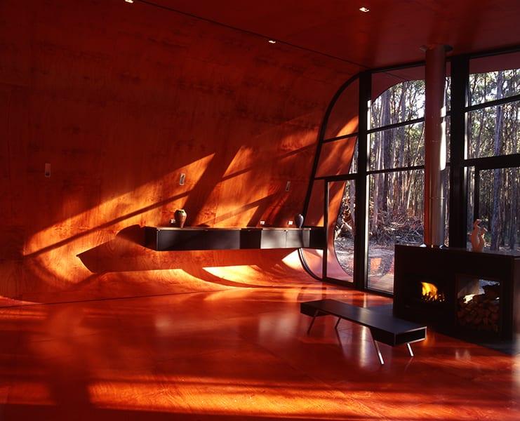 modernes haus interir mit gerundeten wänden und wandfarbe rot