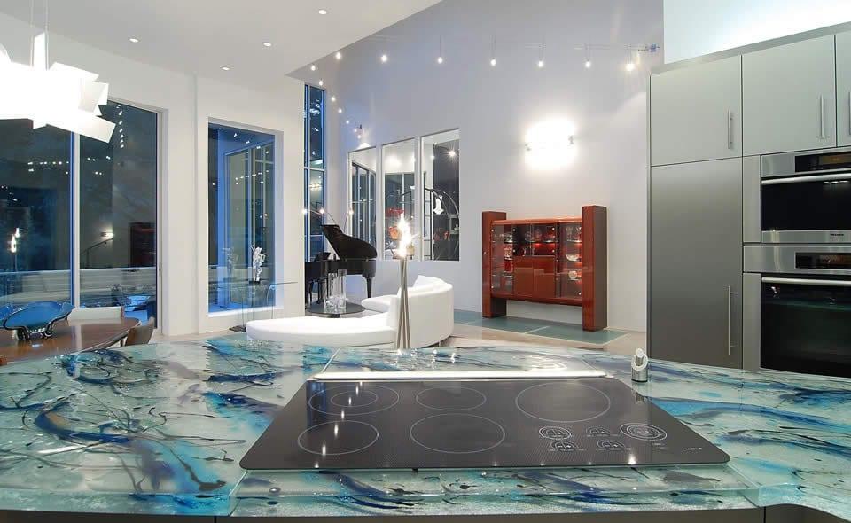 moderne küche weiß mit metallschränke und kochinsel mit Oberfläche aus murano glass