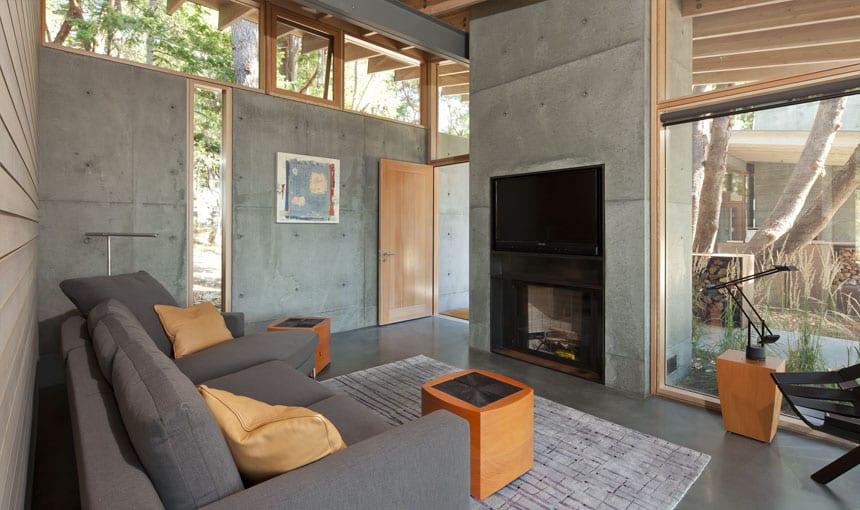 modernes wohnzimmer inspirationen mit kamin aus beton und poliertem betonboden-deckengestaltung mit holzbalken