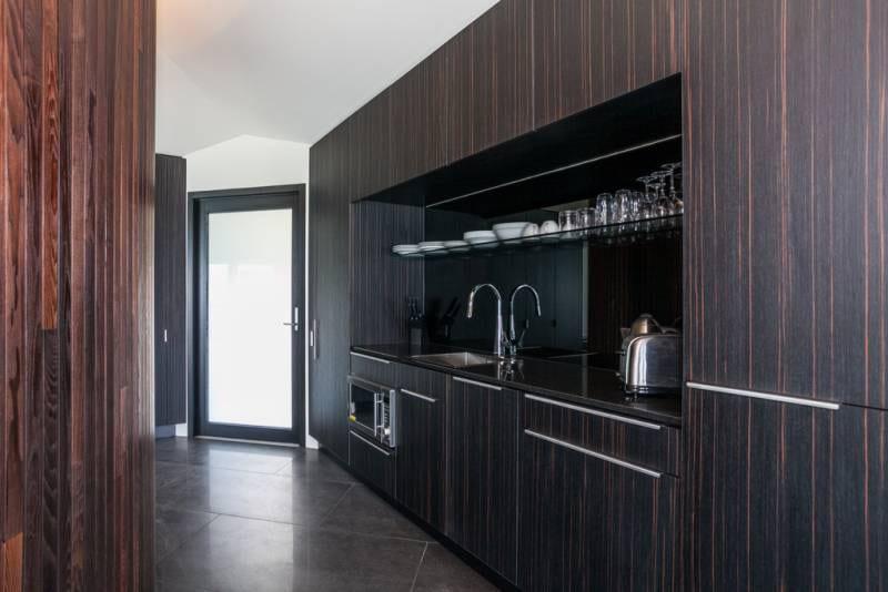 ein traum ferienwohnung am meer-eingebaute moderne küche aus holz
