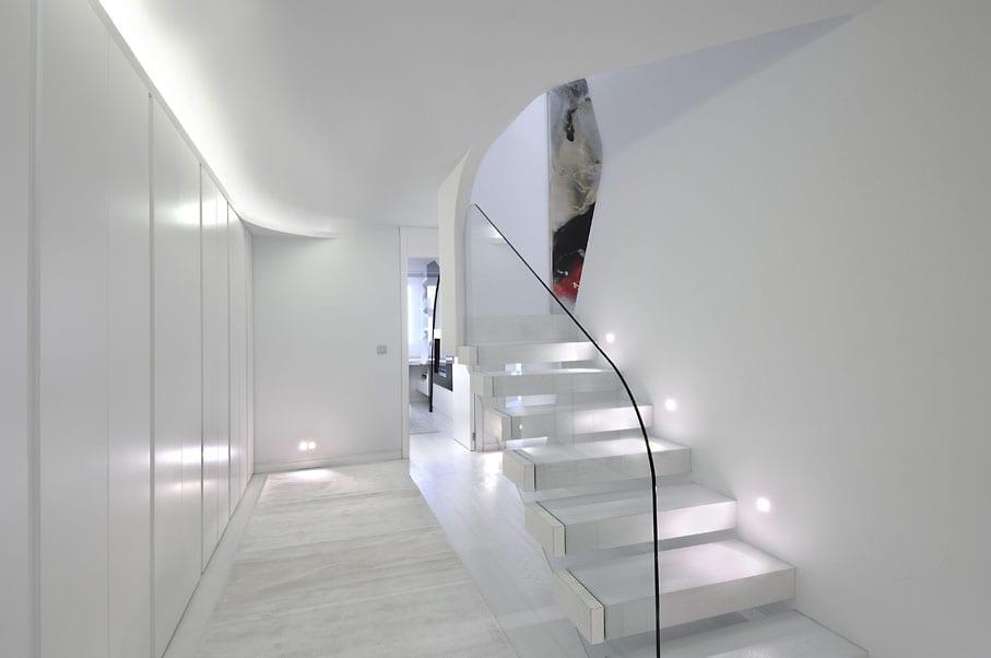 inspirierende Raumgestaltung in weiß mit weißer treppe und glasgeländer