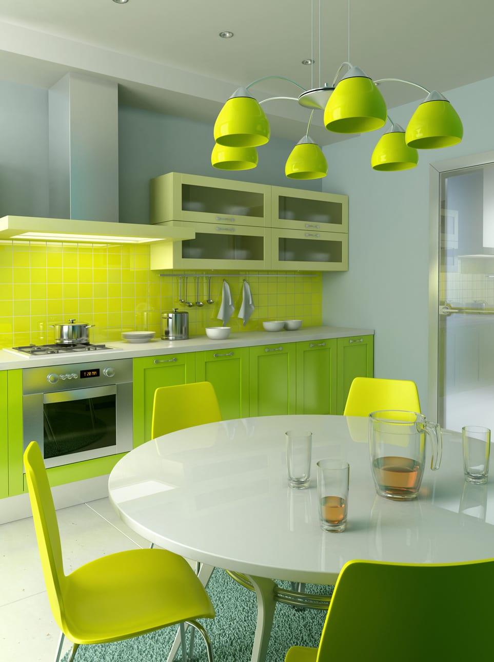 grüne küche mit weißem Esstisch rund und grünen Esszimmerstühlen