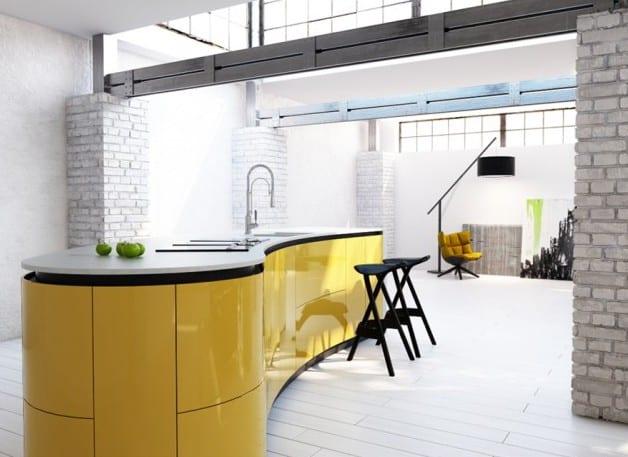 loft wohnung einrichtung mit ziegelmauerwerk in weiß und moderne freistehende küche schwarz gelb-minimalistische wohnzimmergestaltung