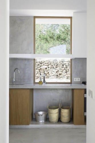 minimalistische küche mit küchearbeitstisch aus zement und küchenschränke aus Sperrholz