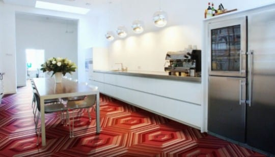 weiße küche mit elastischem bodenbelag rot