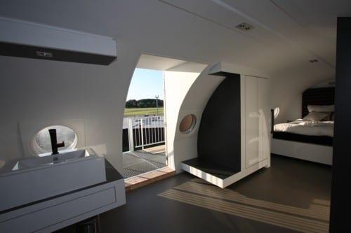 luxus suite mit modernem interior in weiß und schwarz