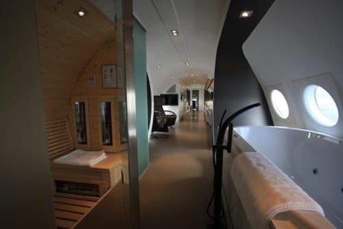 luxus suite interior design mit wandfarbe schwarz