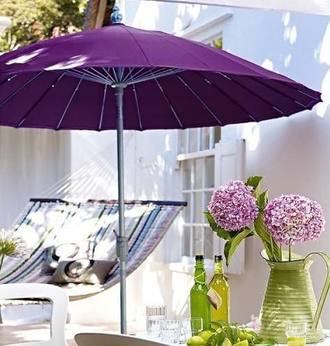 terrassen ideen mit sonnenschirm lila und hängematte