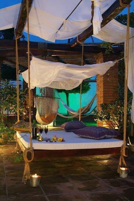 holzterrasse mit sonnensegel für beschattung terrasse und diy schaukelbett