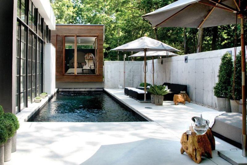 terrasse gestalten mit pool und sonnenschirmen für beschattung terrasse