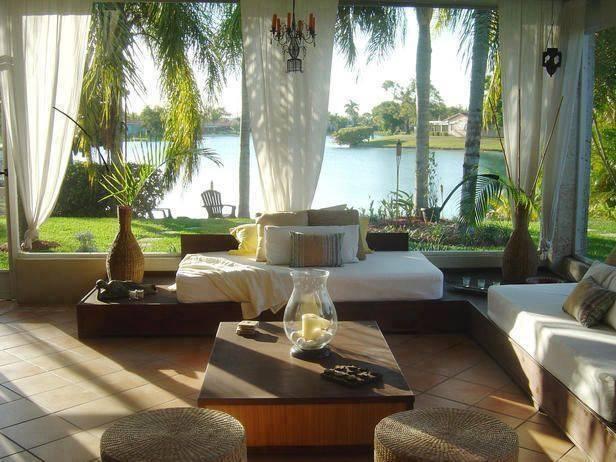 terrasse gestalten mit weißen gardinen und DIY holzmöbeln