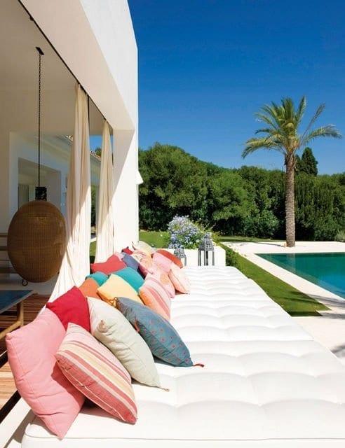 schöne gartenideen mit pool und weißen sitzmatten mit farbigen kissen