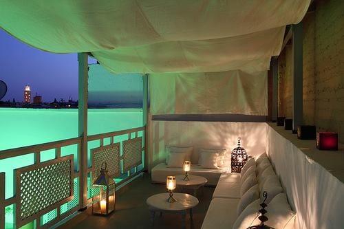 terrasse gestalten mit weißer texil überdachung für beschattung terrasse