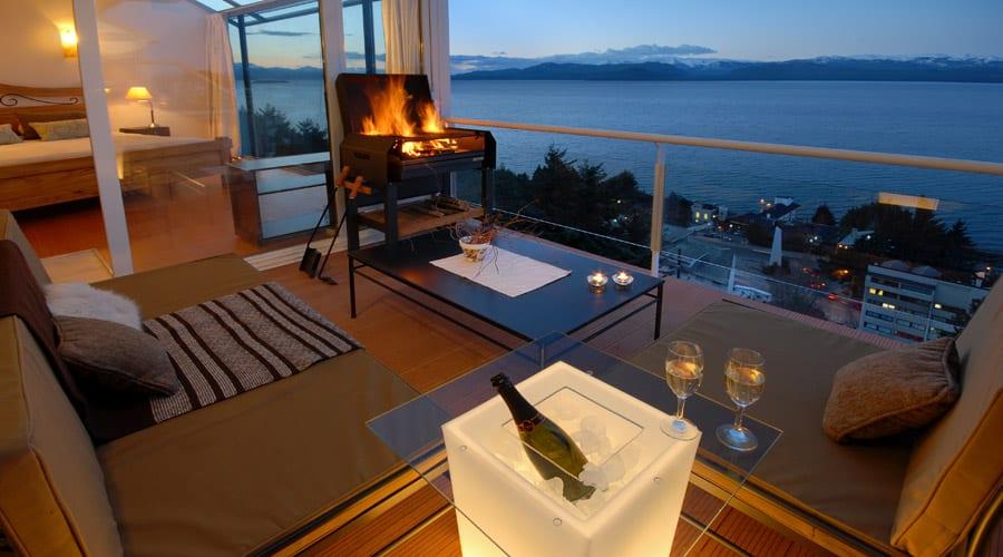 terrassengestaltung ideen mit polstermöbeln und BBQ