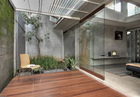 modernes haus aus beton mit hofgarten
