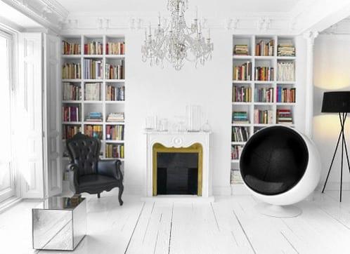 authentische zimmergestaltung im barock mit holzboden in weiß streichen und moderne schwarze stuhl und sessel-modernes wohnzimmer mit eingebauten bücherregalen und barock kamin weiß