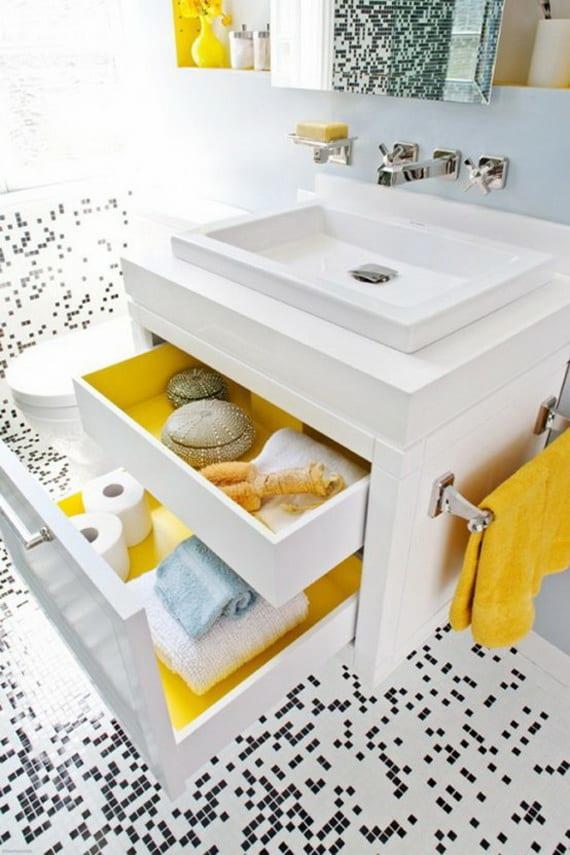 badezimmer mosaik in schwarz weiß - weißer waschtisch mit gelben schubladen